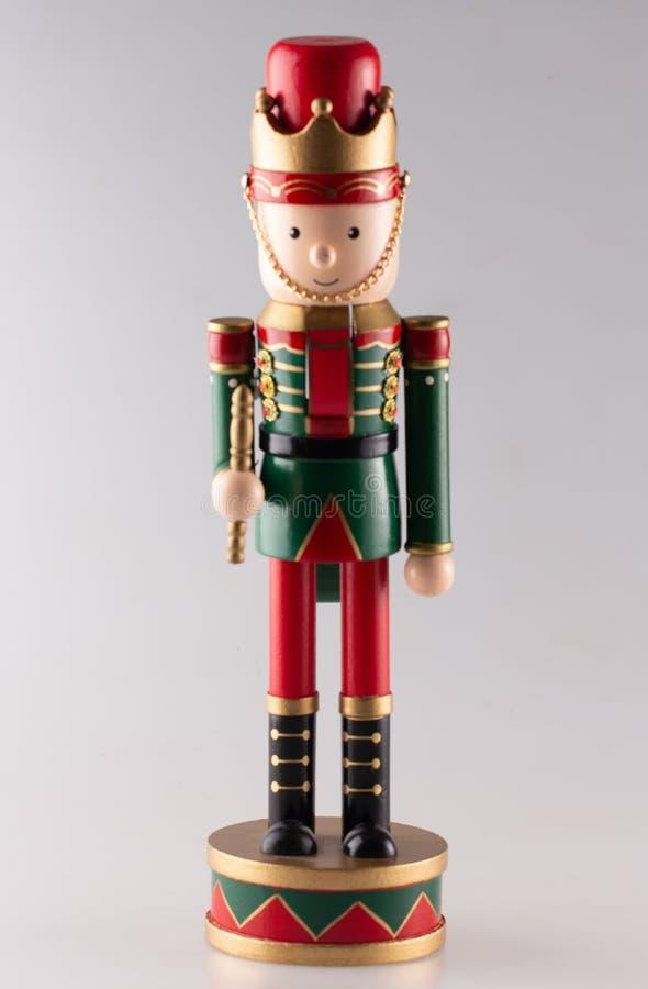 Ξύλινος καρυοθραύστης που φορά το κόκκινο και πράσινος στοκ φωτογραφία