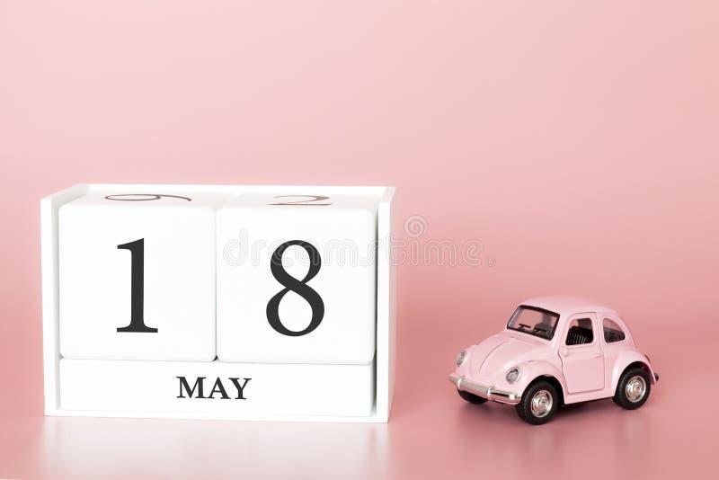 Ξύλινος κύβος κινηματογραφήσεων σε πρώτο πλάνο 18ος του Μαΐου Η ημέρα 18 μπορεί μήνας, ημερολόγιο σε ένα ρόδινο υπόβαθρο με στοκ εικόνες με δικαίωμα ελεύθερης χρήσης