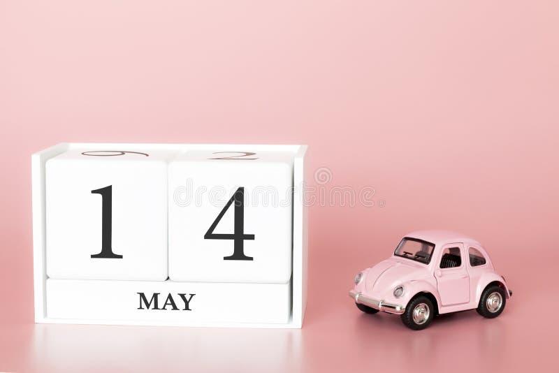 Ξύλινος κύβος κινηματογραφήσεων σε πρώτο πλάνο 14ος του Μαΐου Η ημέρα 14 μπορεί μήνας, ημερολόγιο σε ένα ρόδινο υπόβαθρο με στοκ εικόνα με δικαίωμα ελεύθερης χρήσης