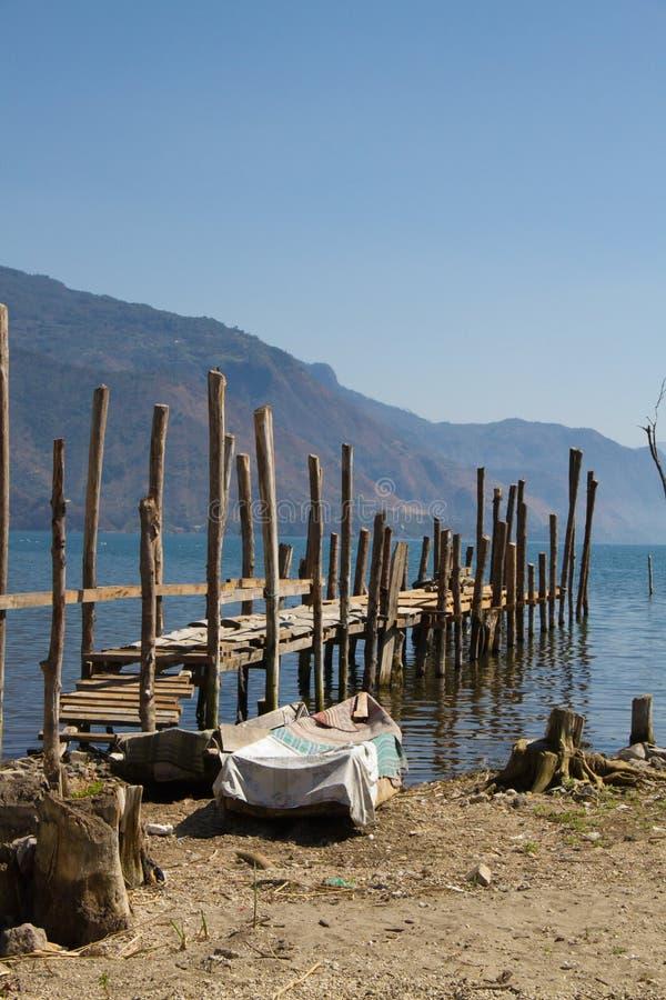 Ξύλινος λιμενοβραχίονας στην άκρη της λίμνης στοκ φωτογραφίες με δικαίωμα ελεύθερης χρήσης