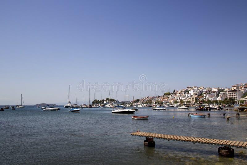 Ξύλινος λιμενοβραχίονας στο παλαιό λιμάνι Skiathos, πόλη Skiathos, Ελλάδα, στις 18 Αυγούστου 2017 στοκ εικόνες