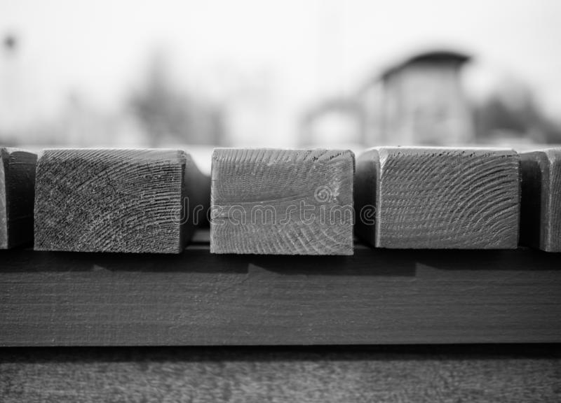 Ξύλινος πάγκος με τους φραγμούς στοκ εικόνα με δικαίωμα ελεύθερης χρήσης