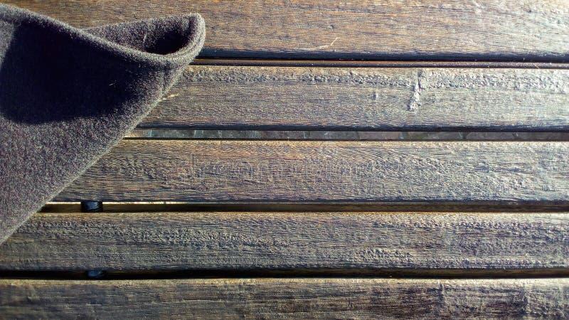 ξύλινος πάγκος με το παλτό στοκ φωτογραφία με δικαίωμα ελεύθερης χρήσης