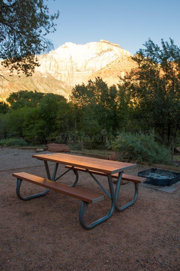 Ξύλινος πάγκος στην περιοχή στρατοπέδευσης ή campground στοκ φωτογραφίες