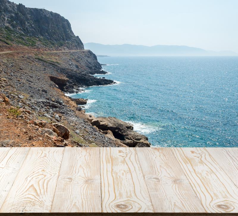 Ξύλινος πίνακας έξω με το seaview στην όμορφη θερινή ημέρα στοκ φωτογραφία με δικαίωμα ελεύθερης χρήσης