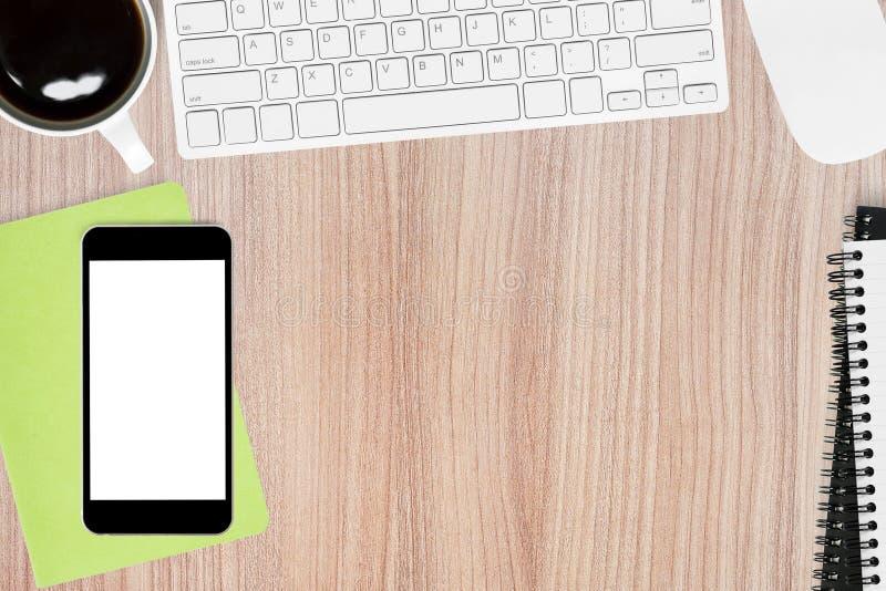 Ξύλινος πίνακας γραφείων με το smartphone, τις συσκευές υπολογιστών και τις προμήθειες Η τοπ άποψη με το διάστημα αντιγράφων, επί στοκ εικόνες