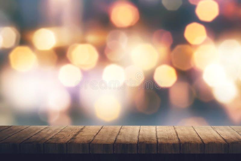 Ξύλινος πίνακας και ζωηρόχρωμο θολωμένο φως στοκ φωτογραφία