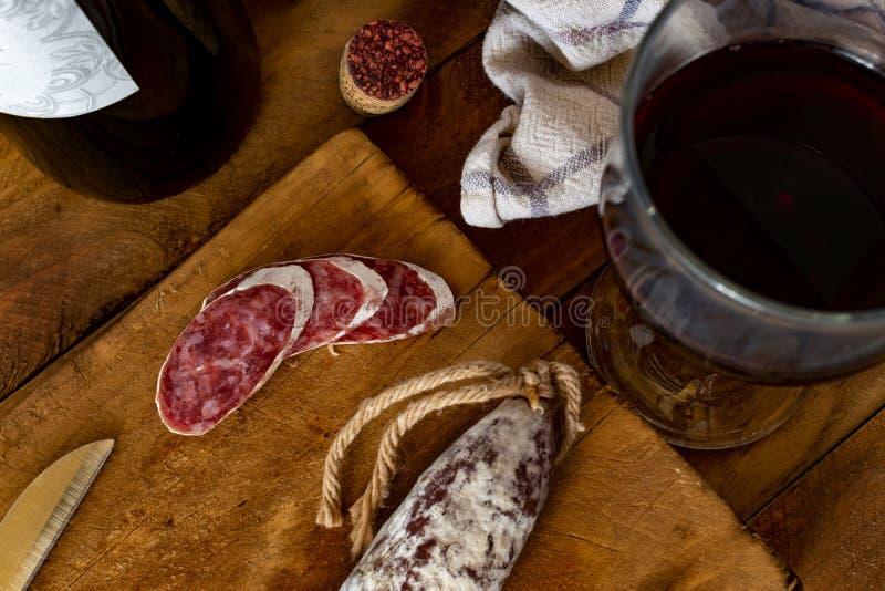Ξύλινος πίνακας κουζινών με ένα χαρακτηριστικό καταλανικό λουκάνικο fuet στοκ εικόνες