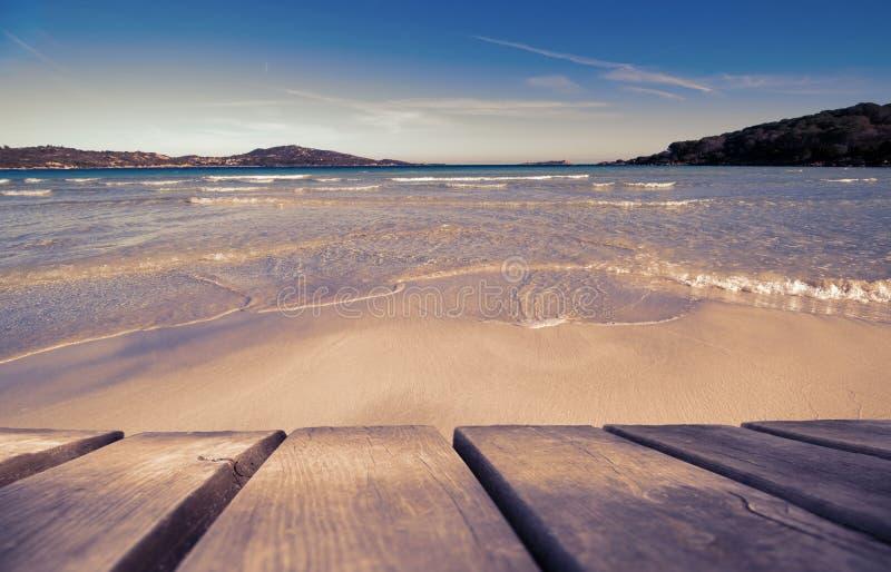 Ξύλινος πίνακας με την όμορφη παραλία ως υπόβαθρο, ροδοκόκκινο αναδρομικό φίλτρο στοκ φωτογραφίες με δικαίωμα ελεύθερης χρήσης