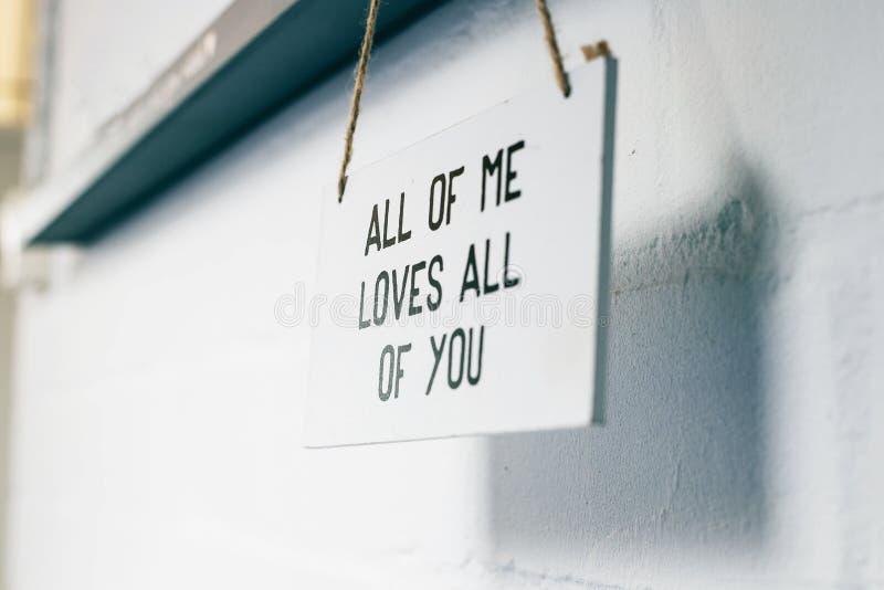 Ξύλινος πίνακας με το κείμενο όλο εγώ αγάπες όλες σας, σημάδι αγάπης εγχώριο εσωτερικό στο σύγχρονο τοίχων στοκ φωτογραφία με δικαίωμα ελεύθερης χρήσης