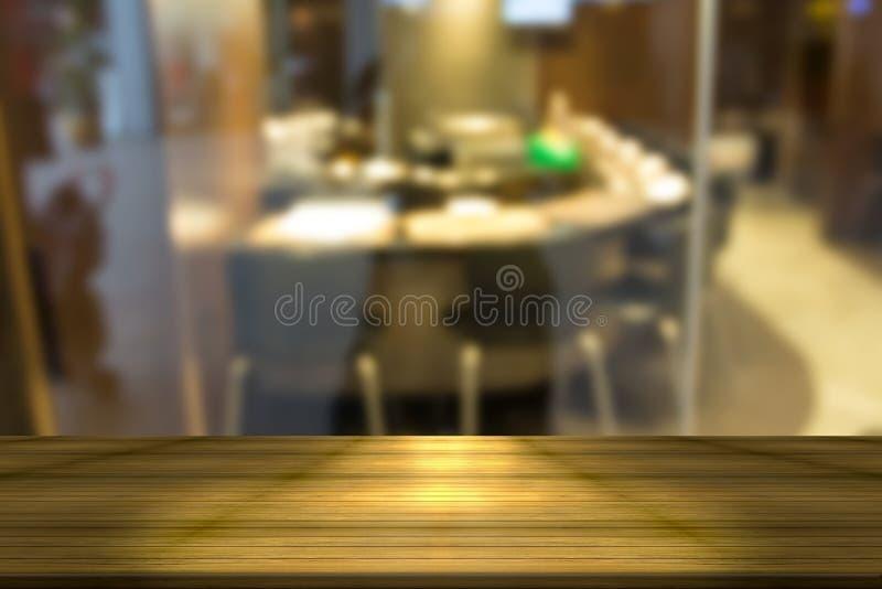 Ξύλινος πίνακας με το υπόβαθρο εστιατορίων θαμπάδων στοκ φωτογραφίες με δικαίωμα ελεύθερης χρήσης