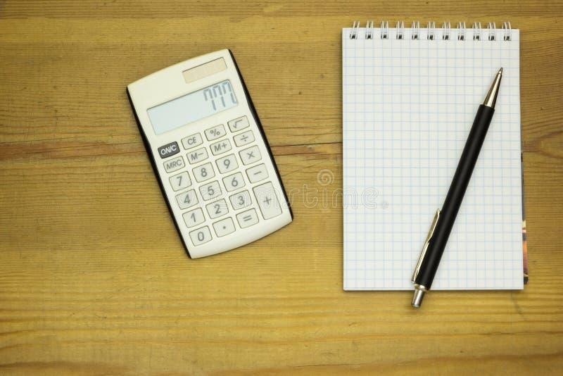 Ξύλινος πίνακας στο γραφείο με τον υπολογιστή, τη μάνδρα και το έγγραφο Υπόβαθρο με το διάστημα αντιγράφων στοκ φωτογραφία με δικαίωμα ελεύθερης χρήσης