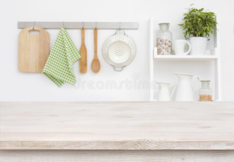Ξύλινος πίνακας σύστασης πέρα από το μουτζουρωμένους τοίχο κουζινών και το υπόβαθρο ραφιών στοκ εικόνα με δικαίωμα ελεύθερης χρήσης