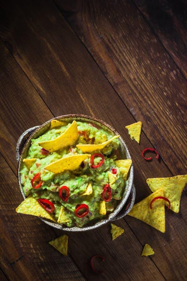 Ξύλινος πίνακας τσιπ καλαμποκιού κύπελλων guacamole στοκ φωτογραφίες με δικαίωμα ελεύθερης χρήσης