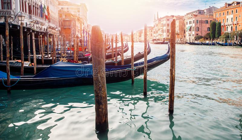 Ξύλινος πόλος για να εμπλέξει τη βάρκα κοντά στο κέντρο του frameblue-πράσινου νερού ιταλικό εικονική παράσταση πόλης υπόβαθρο τη στοκ φωτογραφία