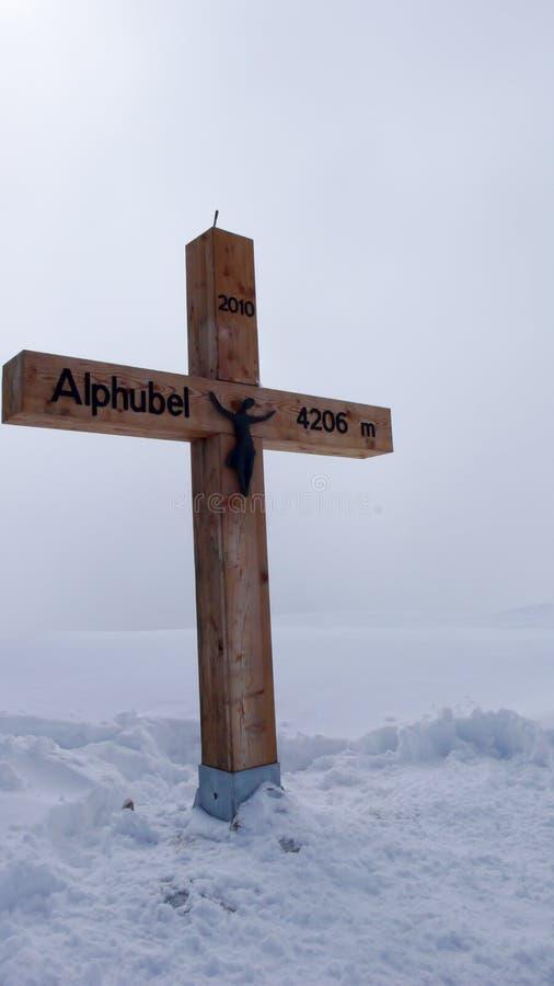 Ξύλινος σταυρός κορυφών στην αιχμή βουνών Alphubel που καλύπτεται στο βαθύ χιόνι το χειμώνα στοκ φωτογραφίες με δικαίωμα ελεύθερης χρήσης