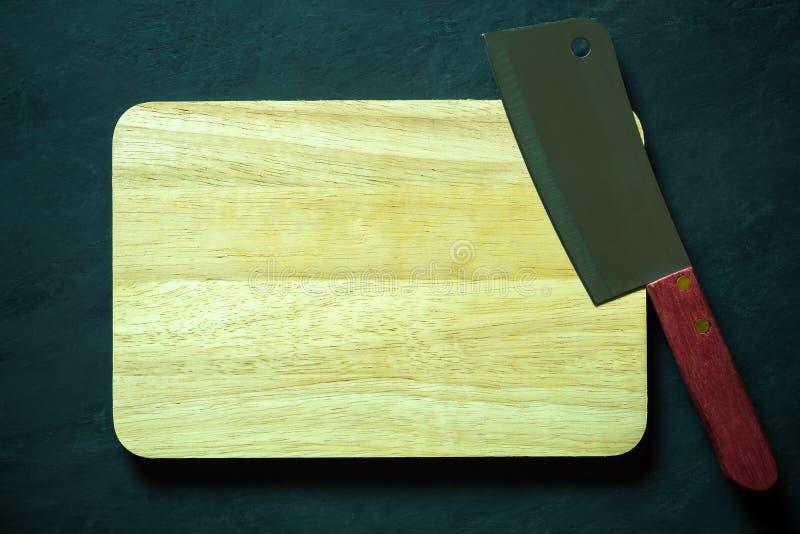 Ξύλινος τέμνων πίνακας και κινεζικό μαχαίρι αρχιμαγείρων στοκ εικόνες