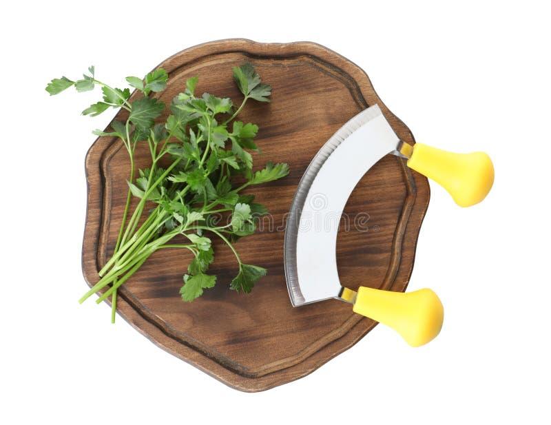 Ξύλινος τέμνων πίνακας το μαχαίρι μαϊντανού και mezzaluna που απομονώνεται με στο λευκό στοκ εικόνες με δικαίωμα ελεύθερης χρήσης