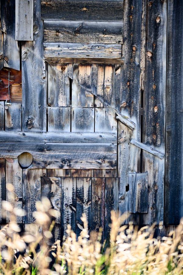 Ξύλινος τοίχος αχυρώνας με μακρύ γρασίδι στοκ εικόνα με δικαίωμα ελεύθερης χρήσης
