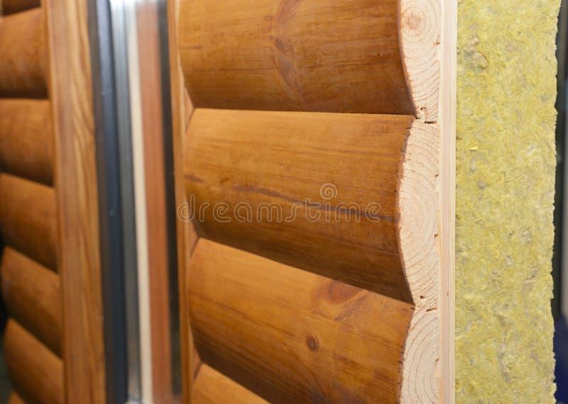 Ξύλινος τοίχος προσόψεων σπιτιών με το ορυκτό μαλλί, μόνωση μαλλιού βράχου Φωτογραφία στρωμάτων τοίχων μόνωσης σπιτιών στοκ φωτογραφίες