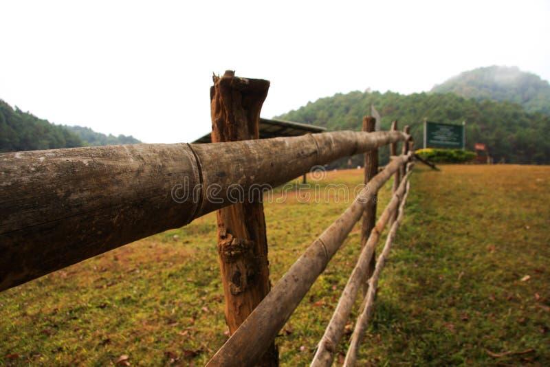 Ξύλινος φράκτης σε ένα πράσινο λιβάδι στο pai, Ταϊλάνδη στοκ φωτογραφίες με δικαίωμα ελεύθερης χρήσης