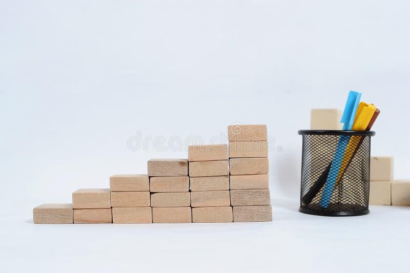 Ξύλινος φραγμός που συσσωρεύει ως σκαλοπάτι βημάτων στον ξύλινο πίνακα Επιχειρησιακή έννοια για τη διαδικασία επιτυχίας αύξησης μ στοκ φωτογραφία