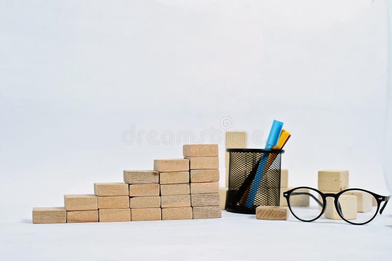 Ξύλινος φραγμός που συσσωρεύει ως σκαλοπάτι βημάτων στον ξύλινο πίνακα Επιχειρησιακή έννοια για τη διαδικασία επιτυχίας αύξησης μ στοκ φωτογραφία με δικαίωμα ελεύθερης χρήσης