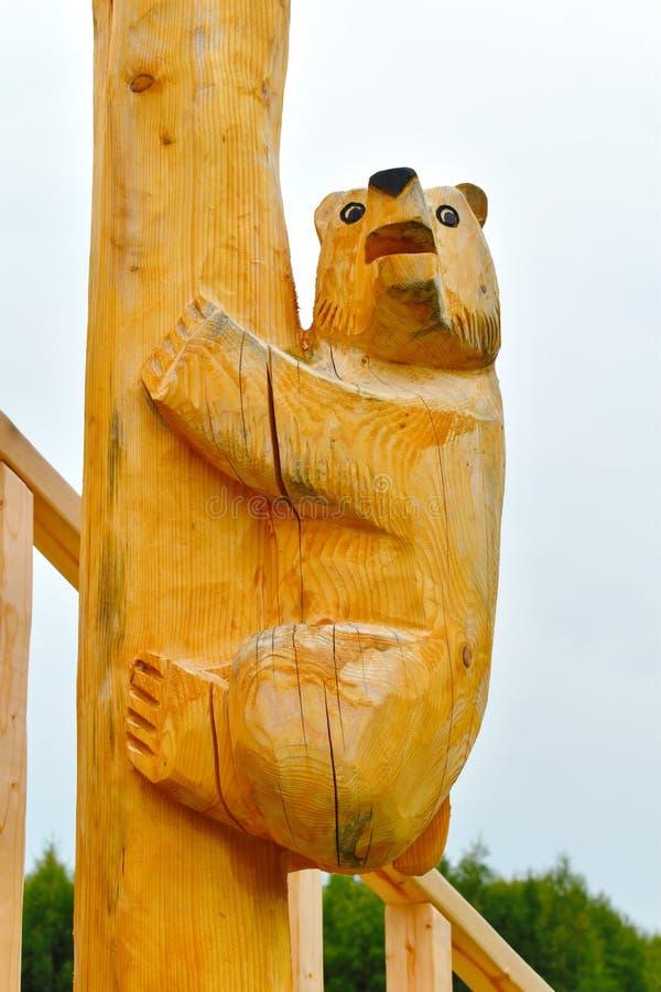 Ξύλινος φυσικός αριθμός μιας αρκούδας που αποκόπτει από ένα δέντρο στοκ φωτογραφία με δικαίωμα ελεύθερης χρήσης