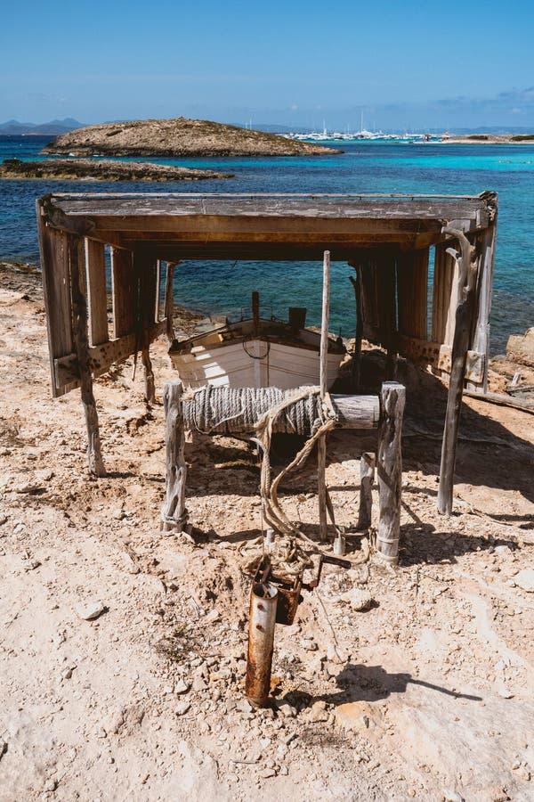 Ξύλινο αλιευτικό σκάφος χωρίς μηχανή στοκ εικόνα με δικαίωμα ελεύθερης χρήσης