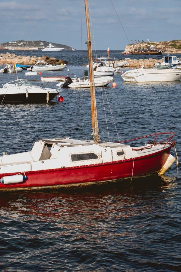 Ξύλινο αλιευτικό σκάφος χωρίς μηχανή στοκ φωτογραφία με δικαίωμα ελεύθερης χρήσης