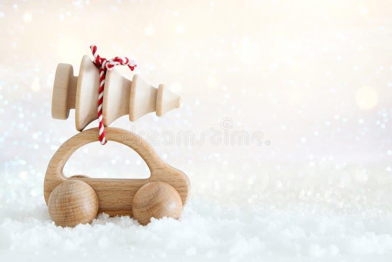 Ξύλινο αυτοκίνητο που φέρνει ένα χριστουγεννιάτικο δέντρο στοκ εικόνες
