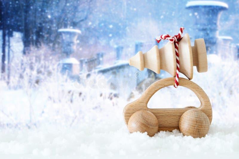 Ξύλινο αυτοκίνητο που φέρνει ένα χριστουγεννιάτικο δέντρο στοκ εικόνες με δικαίωμα ελεύθερης χρήσης
