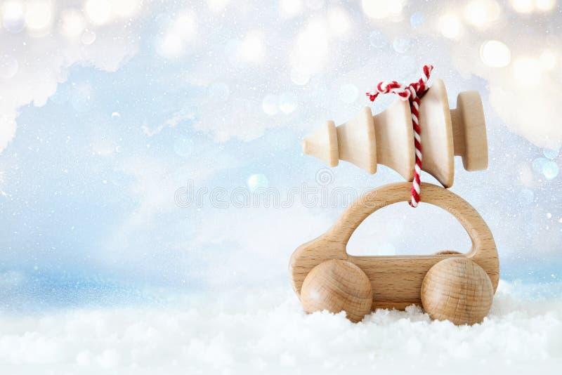 Ξύλινο αυτοκίνητο που φέρνει ένα χριστουγεννιάτικο δέντρο στοκ εικόνα με δικαίωμα ελεύθερης χρήσης