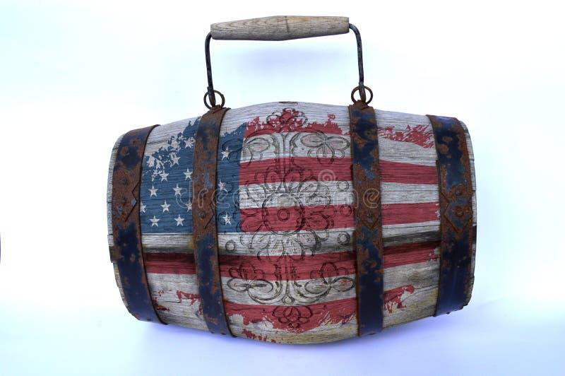 Ξύλινο βαρέλι με τη αμερικανική σημαία στοκ εικόνα με δικαίωμα ελεύθερης χρήσης