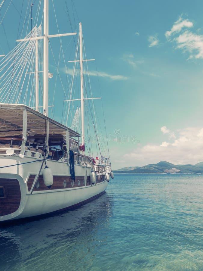 Ξύλινο γιοτ στο θαλάσσιο λιμένα, έννοια ταξιδιού στοκ φωτογραφία