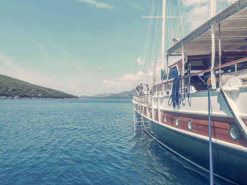 Ξύλινο γιοτ στο θαλάσσιο λιμένα, έννοια ταξιδιού στοκ φωτογραφίες