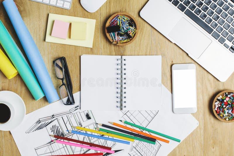 Ξύλινο γραφείο με τη συσκευή και τις προμήθειες στοκ εικόνες με δικαίωμα ελεύθερης χρήσης
