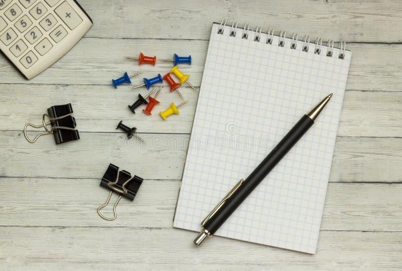 Ξύλινο γραφείο, σημειωματάριο, ballpoint μάνδρα, υπολογιστής, υπόβαθρο στοκ εικόνες με δικαίωμα ελεύθερης χρήσης