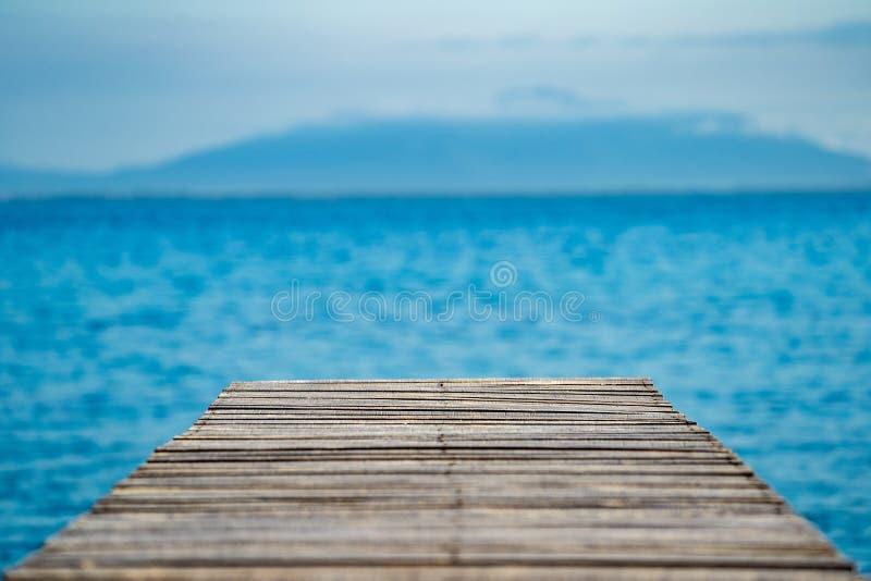 Ξύλινο εκλεκτής ποιότητας πεζούλι στην παραλία με την μπλε θάλασσα, ωκεανός, υπόβαθρο ουρανού στοκ φωτογραφία με δικαίωμα ελεύθερης χρήσης