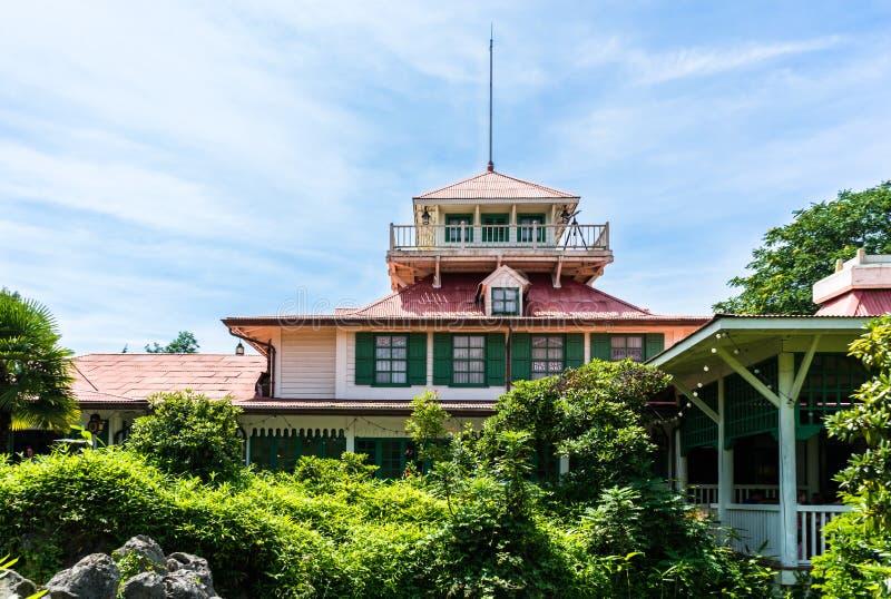 Ξύλινο εξοχικό σπίτι στο πάρκο στοκ εικόνες