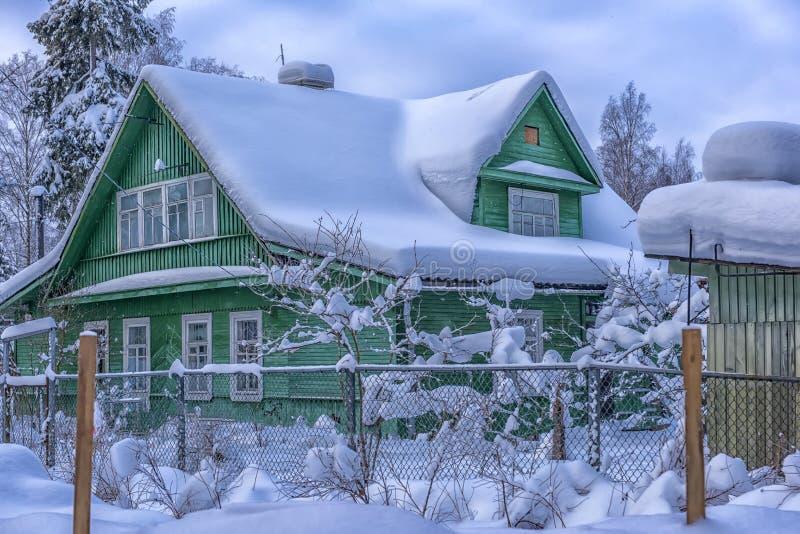 Ξύλινο θερμοκήπιο το χειμώνα στο ρωσικό χωριό στοκ εικόνα