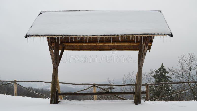 Ξύλινο καταφύγιο με την άποψη απόστασης το χειμώνα στοκ φωτογραφίες