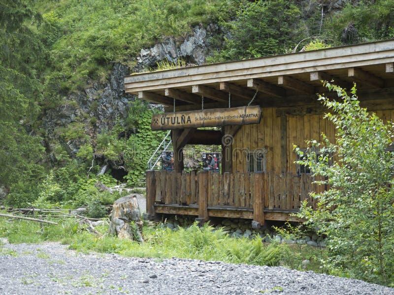 Ξύλινο καταφύγιο Barborka με το βράχο και δασικό επόμενο αξιοθέατο stola Medvedi σηράγγων τουριστικό στο δυτικό βουνό tatra στοκ φωτογραφία με δικαίωμα ελεύθερης χρήσης
