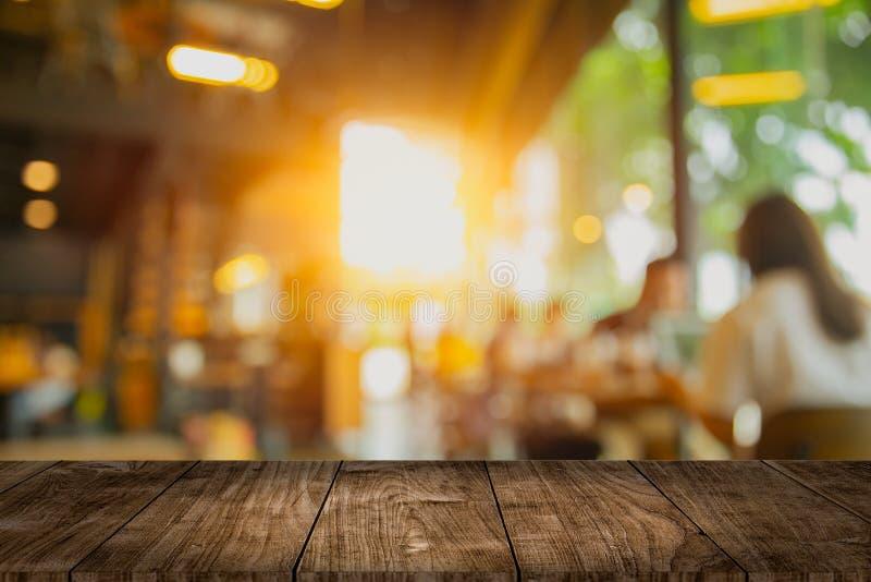 Ξύλινο κενό διάστημα επιτραπέζιων κορυφών με το εσωτερικό σχέδιο θαμπάδων καφέδων για τη διαφήμιση του προτύπου στοκ εικόνες με δικαίωμα ελεύθερης χρήσης