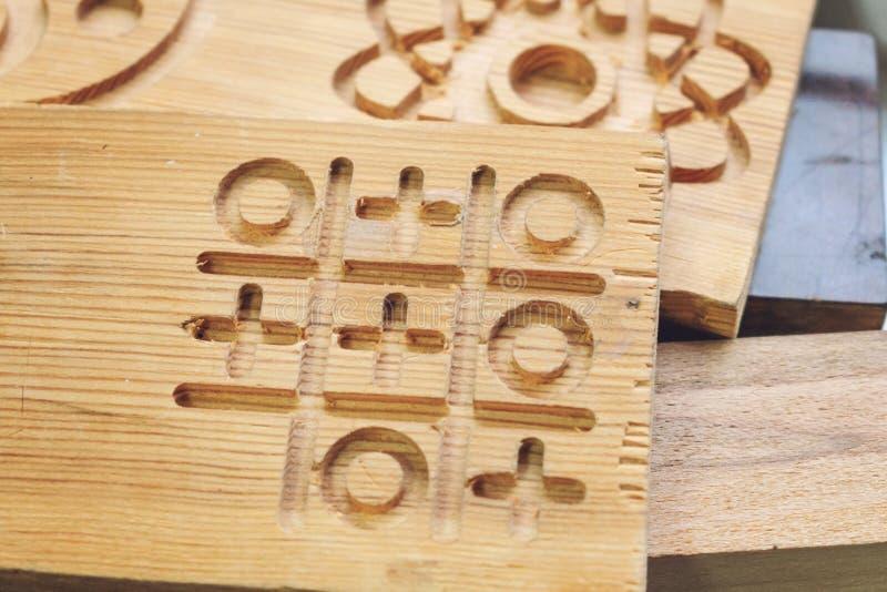 Ξύλινο κενό μερών με τα τρισδιάστατα σχέδια Ξύλινες λεπτομέρειες μετά από την επεξεργασία στην τέμνουσα μηχανή, τρισδιάστατος ξύλ στοκ εικόνες με δικαίωμα ελεύθερης χρήσης