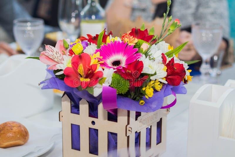 Ξύλινο κιβώτιο με τα διαφορετικά λουλούδια που γίνονται στο ύφος κήπων στοκ εικόνες με δικαίωμα ελεύθερης χρήσης