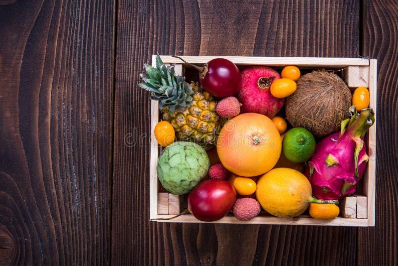 Ξύλινο κιβώτιο με τα εξωτικά φρούτα στοκ εικόνες