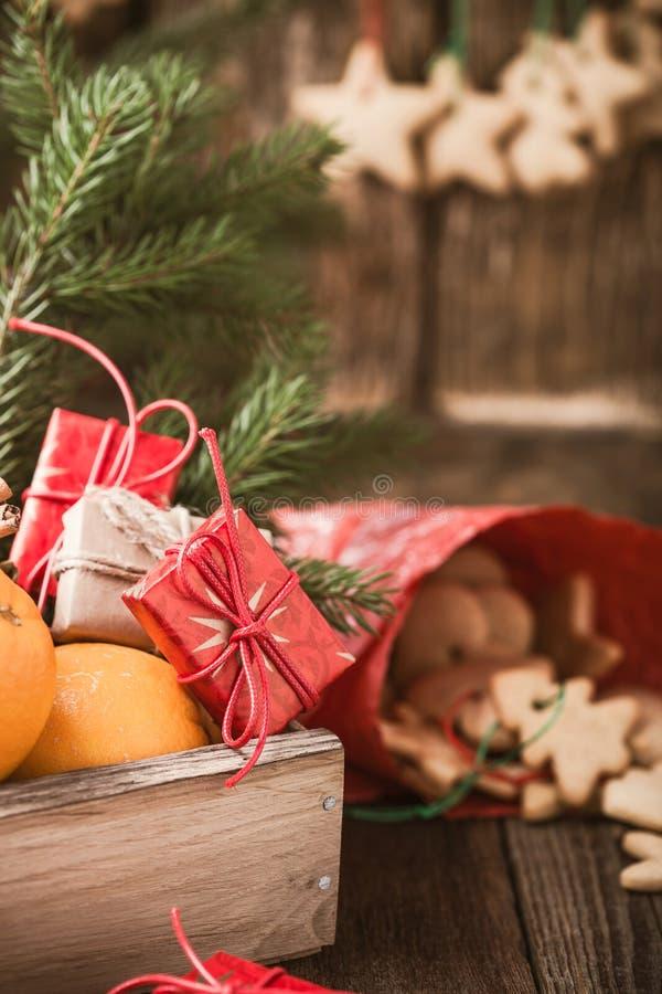 Ξύλινο κιβώτιο με τα φρούτα Χριστουγέννων και τα δώρα, σπιτικό μπισκότο Χριστουγέννων στοκ εικόνες