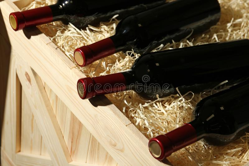 Ξύλινο κλουβί με τα μπουκάλια του κρασιού, στοκ εικόνες με δικαίωμα ελεύθερης χρήσης