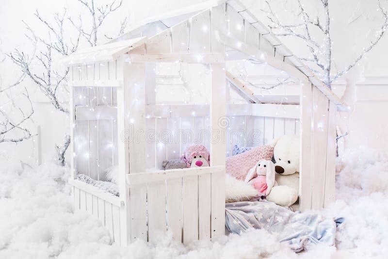 Ξύλινο μικρό σπίτι για τα παιδιά στοκ φωτογραφίες